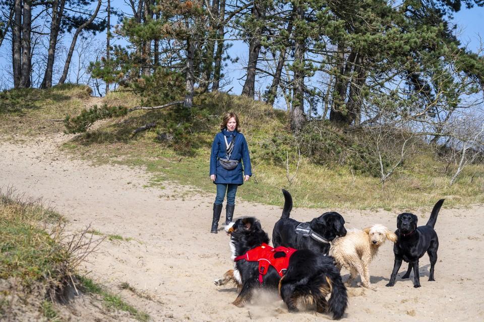Martine Clarke laat haar hond uit in het Wethouder van Gelukpark.