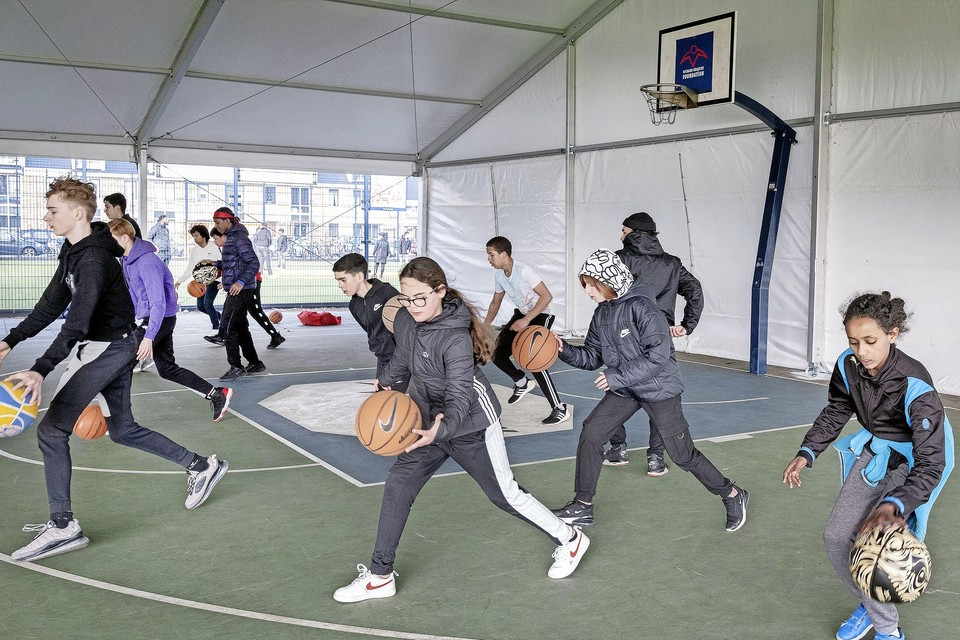Het Krajicek basketbalveld naast het Reinaldapark is sinds gisterochtend overdekt.