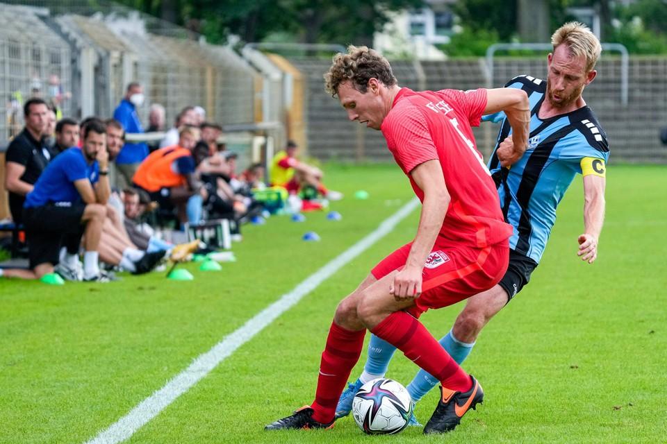 Finn Berk half juli in actie tijdens een oefenwedstrijd ter voorbereiding op het nieuwe seizoen in Duitsland.