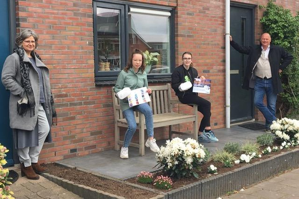 Marjolein de Graaf (directeur Waldheim mavo), Marit Versteeg (brugklas leerling Waldheim), Sanne van Lemel (2e klas Griftland) en Kees Versteeg (rector Griftland College).
