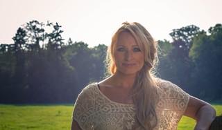 Zangeres Desray vertelt openhartig over strijd tegen kanker: 'Mijn leven stond in één keer stil; niks is meer belangrijk'
