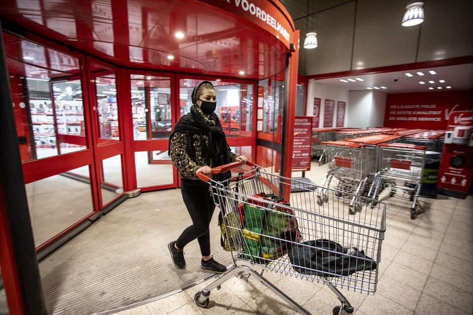 Gabrielle verlaat om kwart voor negen snel de supermarkt.