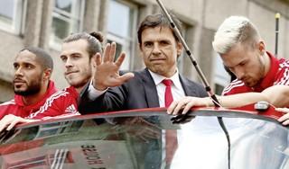 De fans van Wales zingen over Cris Coleman, Gareth Bale, bier drinken en nooit meer naar huis willen [video]