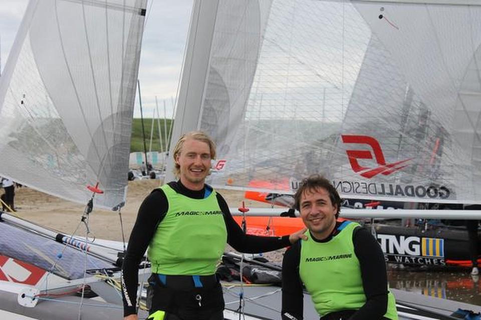 Karel Begemann tijdens de voorbereiding op de Ronde om Texel, met zijn maat Oscar Zeekant (rechts).
