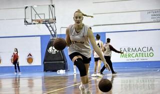 Basketbalster Cheyenne van der Linden uit Hoofddorp schrok zich rot toen ze een elleboogje kreeg van haar teamgenote in Italië: 'En nu doe ik het zelf ook'