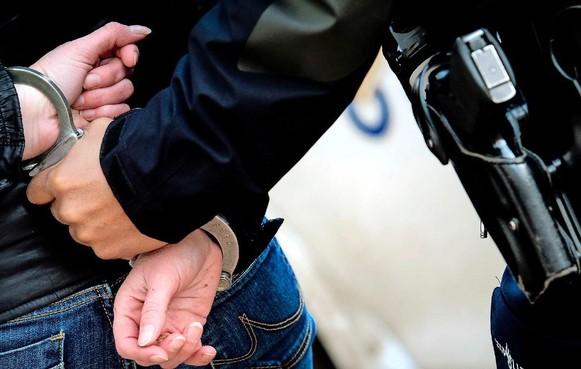 Haarlemse agenten grijpen scooterdief in hun vrije tijd; dief bijt agent in hand