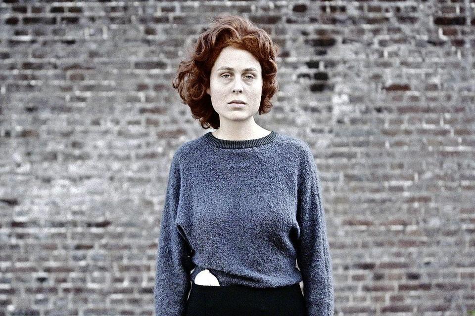 Sofie Porro als Hannie Schaft.