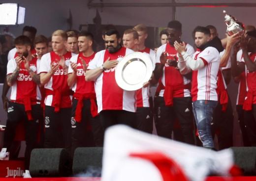 Ajax-supporters vieren feest op het Museumplein met Appie Nouri in hun gedachten