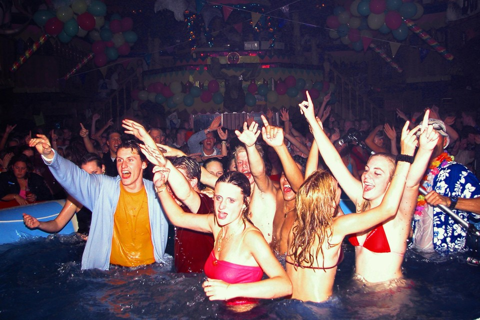 Het zwembad op de dansvloer stond centraal tijdens Wet & Wild.