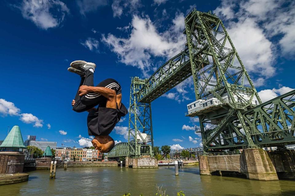 Een salto achterover van een opstap bij de brug, met gevaar om in de Maas te belanden? Geen probleem.
