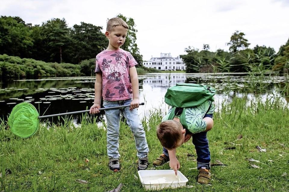 Met IVN-spullen trekken kinderen door het landgoed.