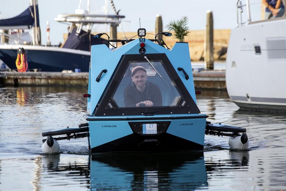 Biker Aigars Lauzis is kapitein Aigars Lauzis geworden. Geluidloos glijdt hij door het water van Seaport Marina.