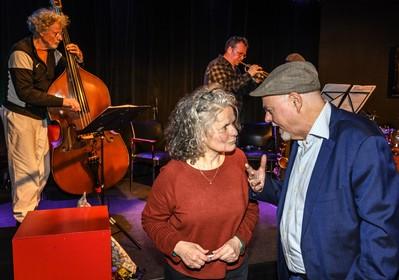 Gedichten kleuren mooi tussen jazzmuziek tijdens debuutbundelpresentaties in De Pletterij in Haarlem