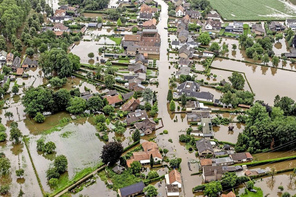 Luchtfoto van het gebied rond Brommelen waar een dijk aan het Julianakanaal is doorgebroken.