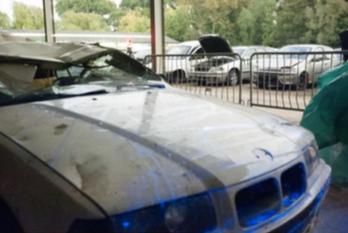 Mogelijke bloedsporen, zelfs op de neus van de BMW.