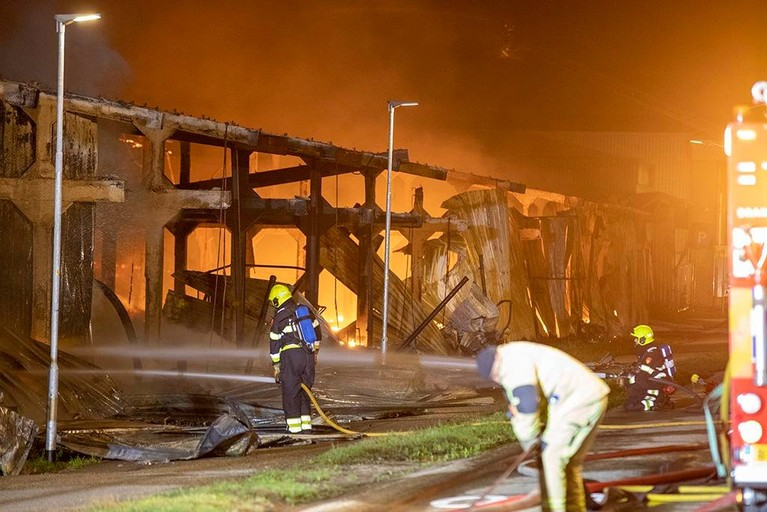 Grote brand legt loods in Halfweg in de as [video]