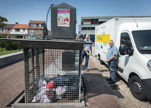 Stichting over Velsense kledingcontainers: 'Laatst zaten er zes mayonaise-emmers in'
