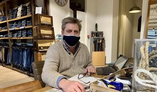 Richard stuurt niemand weg uit zijn herenmodezaak in Kerkelanden omdat hij geen mondkapje draagt. 'Ik ben blij met iedere klant, zo goed gaat het niet met de verkoop van kleding en schoenen'