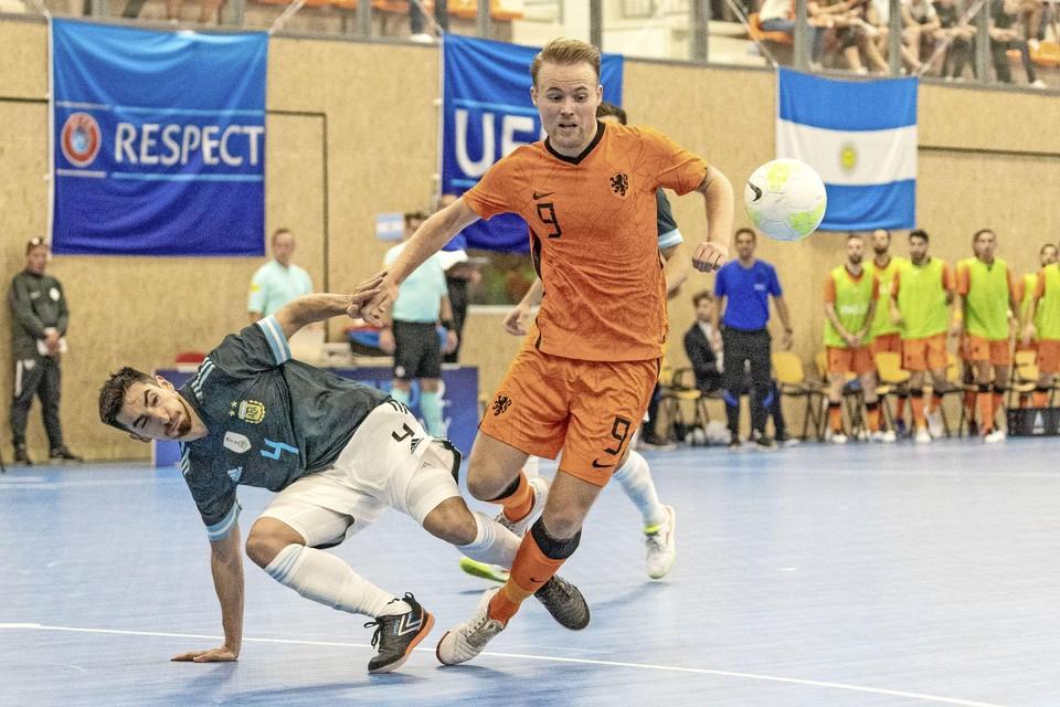 Mats Velseboer houdt zich Lucas Bolo Alemany van het lijf.