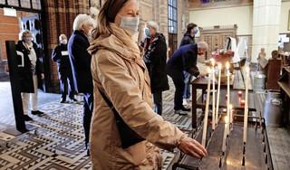 Geschrokken Hilversummers schrijven kaartjes, steken kaarsen aan en bidden in Sint Vituskerk voor zieke Pieter Broertjes: 'Hij is wat je noemt een echte burgervader'