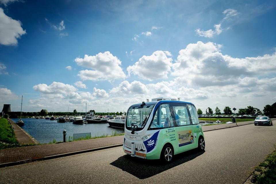 Er worden meer experimenten met zelfrijdende shuttlebusjes gedaan, zoals op de foto in een havengebied vn het Brabantse Drimmelen.