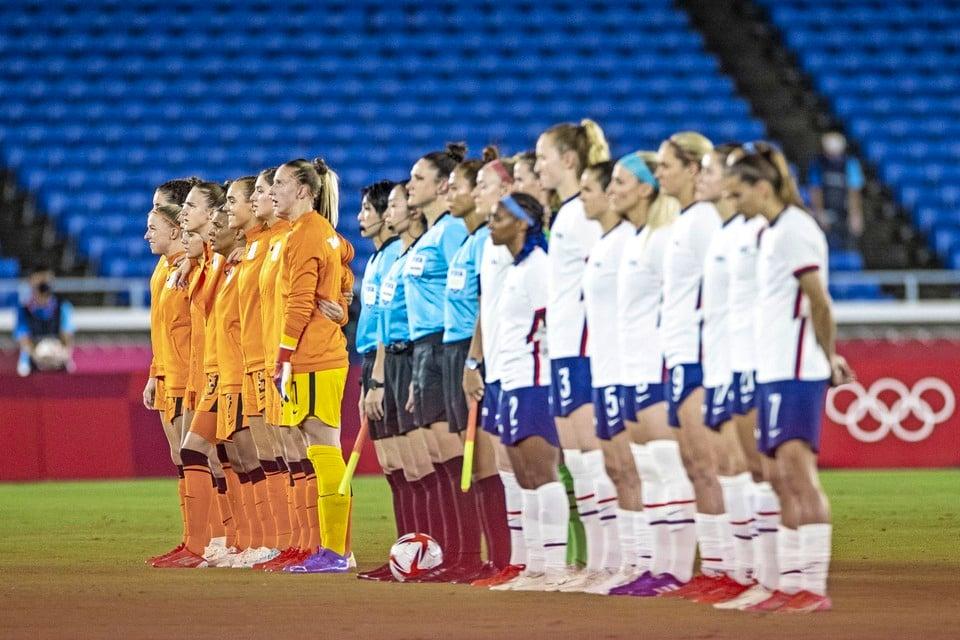 De elftallen van Nederland en de Verenigde Staten voor aanvang van de kwartfinale van het olympisch voetbaltoernooi in het International Stadion Yokohama op de Olympische Spelen van Tokio.