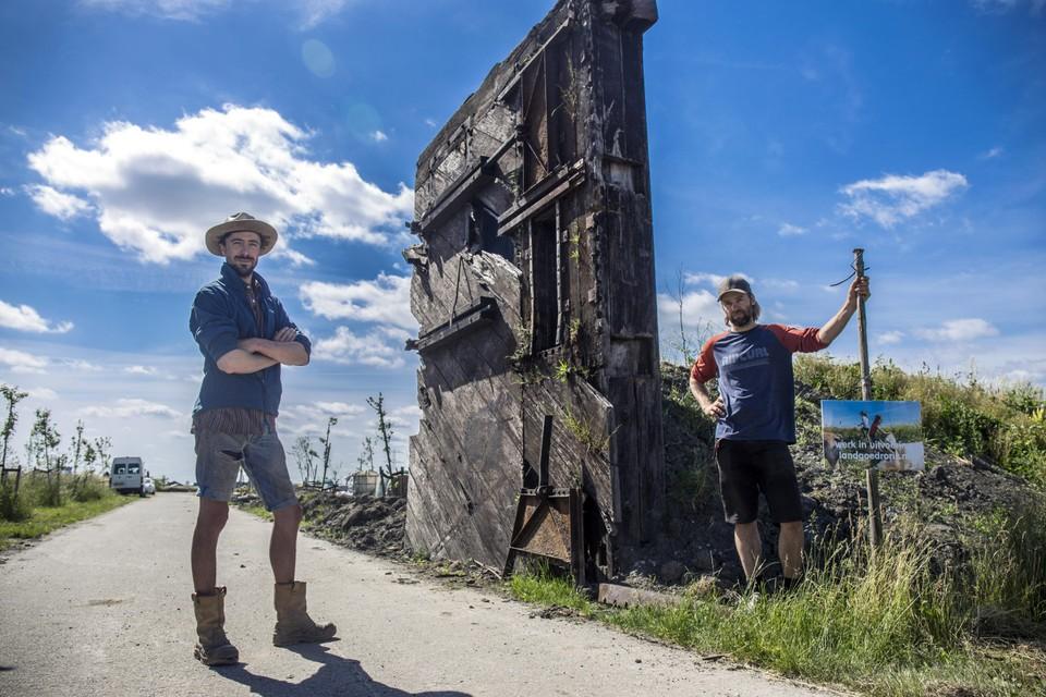 Kasper Hoex en Atse Hamers (rechts) zijn twee van de drijvende krachten achter Rorik. ,,Die sluisdeuren? Die lagen al lagen al jaren op het terrein van transportbedrijf Middelkoop'.'