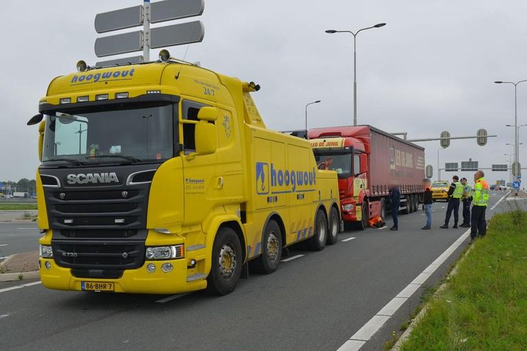 Veel schade bij ongeval tussen vrachtwagen en bestelbus in Hoofddorp