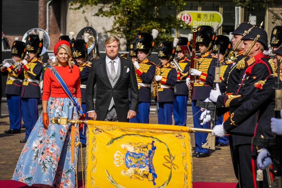 Koning Willem-Alexander en koningin Maxima nijgen naar het vaandel bij de Grote Kerk op Prinsjesdag, voorafgaand aan het voorlezen van de Troonrede.