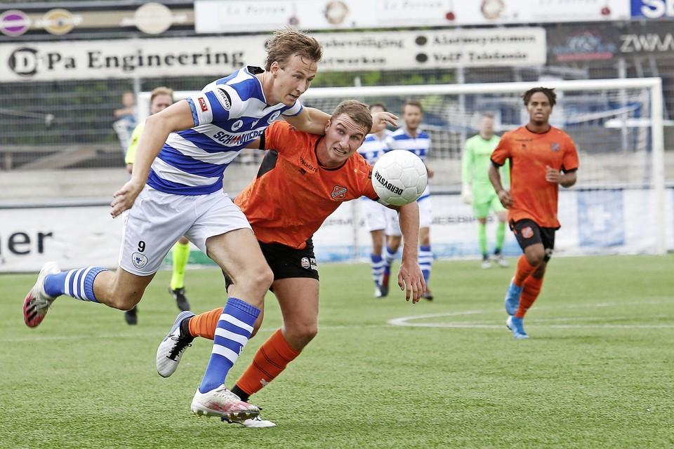 Spits Floris van der Linden bezorgde Spakenburg in de slotfase vanaf de penaltystip toch nog een punt.