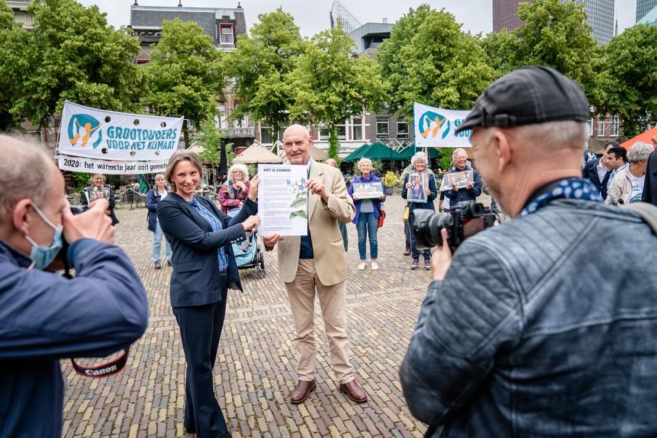 DEN HAAG - Herman Wijffels, ambassadeur van de Grootouders voor het Klimaat, overhandigt op het Plein namens 221 boeren- en milieuorganisaties het Manifest Samen voor Grond aan Laura Bromet (Groenlinks). ANP BART MAAT