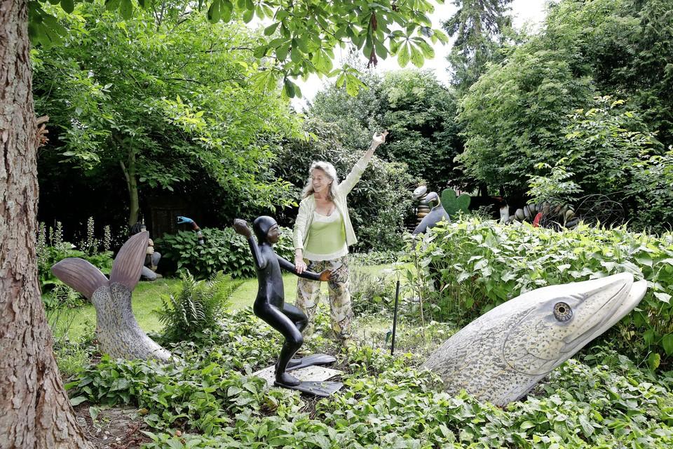 Ilona Woltring maakt een dansje met een van haar eigen scheppingen.