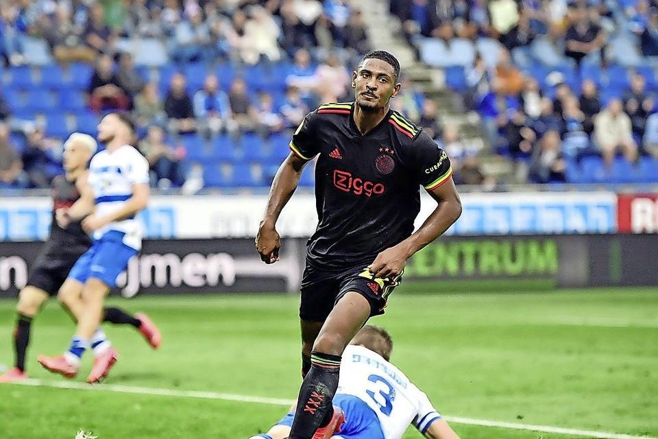 Ajax-spits Sébastien Haller opent de score tegen PEC. Later treft hij nog een keer doel.