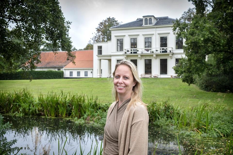 Oprichter Monique de Jong voor het net geopende Oohm, centrum voor Puur Zijn.