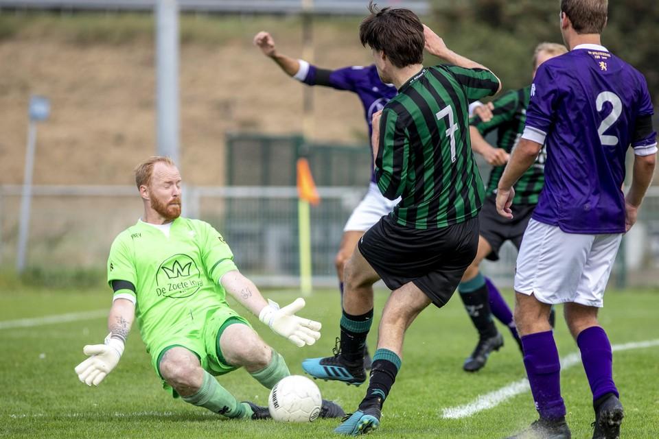 Doelman Patrick Kort van Spaarnwoude werpt zich voor de bal na een inzet van Alliance-aanvaller Laurens van Herk.