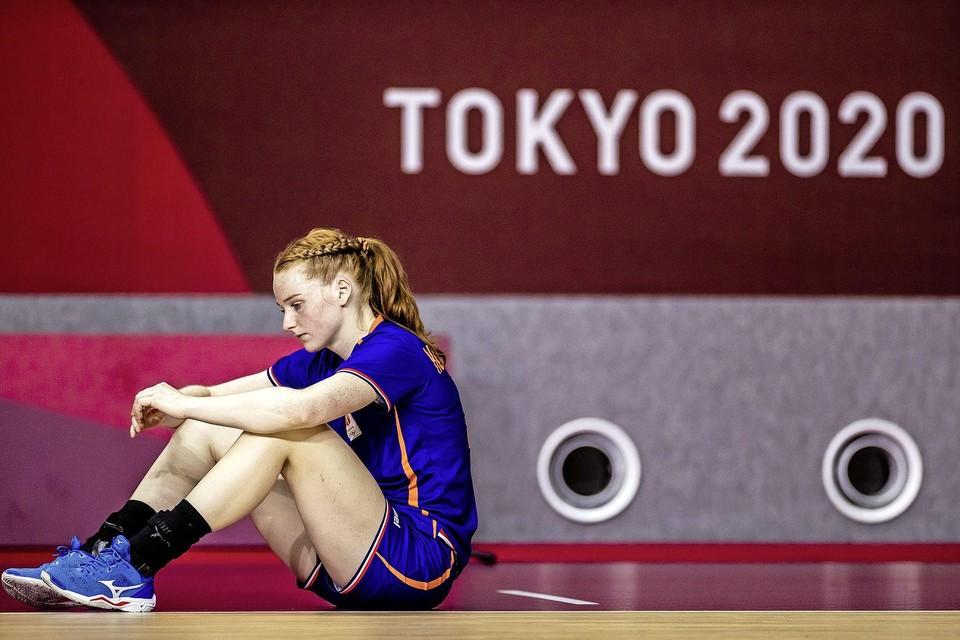 Dione Housheer van Nederland baalt na de nederlaag.