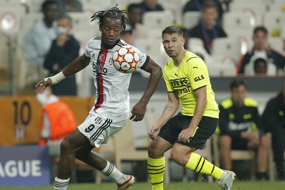 Leandro Kappel is wel lovend over Besiktas-speler Michy Batshuayi hier in actie tegen Borussia Dortmund.