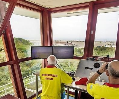 Reddingspost IJmuiden kan slechts een deel van strand in de gaten houden; gemeente mag duin niet aftoppen