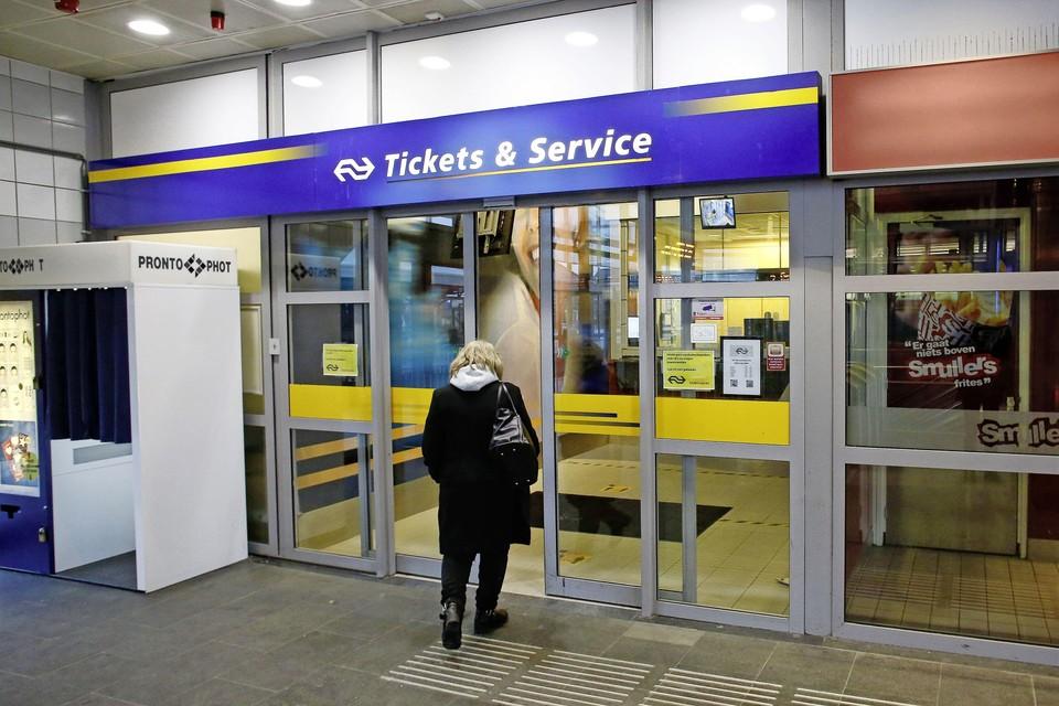 De Service & Tickets-winkel op station Hilversum moet volgens de NS dicht vanwege een tekort aan personeel.
