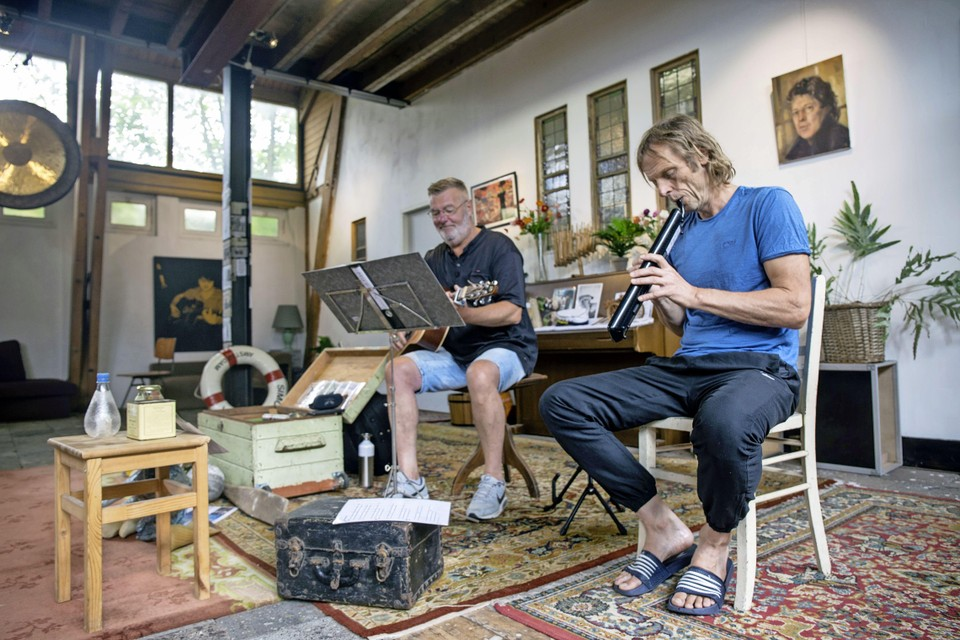 Menno Twisk en Jan Paul van der Meij brengen hun nieuwe 'Schelpenvisserslied' voor het eerst ten gehore.