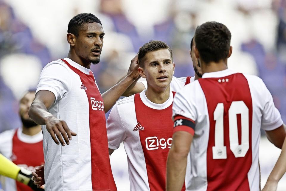 Doelpuntenmaker Sébastien Haller, Victor Jensen en Dušan Tadić vieren de 0-1 tegen Anderlecht.
