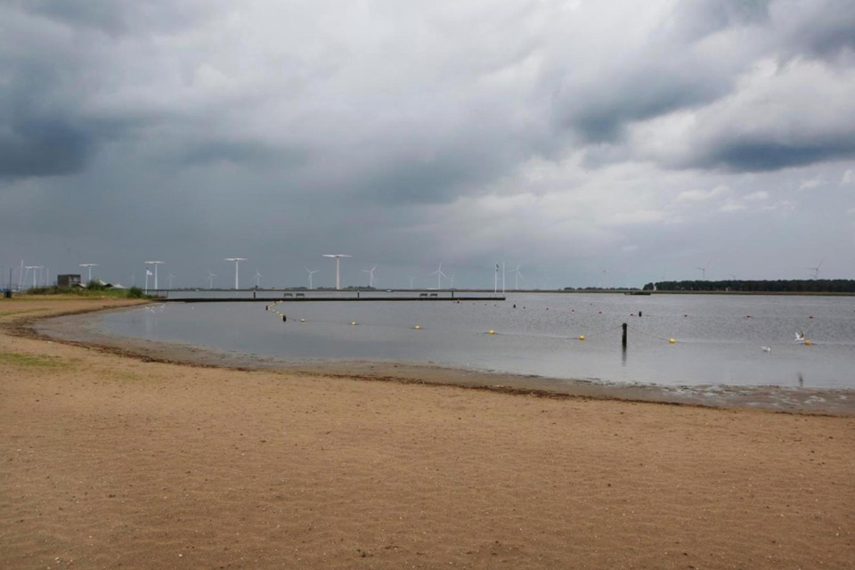 Recreatiepark 't Kleine Zeetje in Bunschoten-Spakenburg lag er gisteren verlaten bij. Niet de kwaliteit van het zwemwater was daar de oorzaak van, maar het wisselvallige weer.