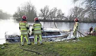 Plezierjacht brandt helemaal uit bij sluis aan Vreelandseweg in Nederhorst den Berg door technisch probleem [video]