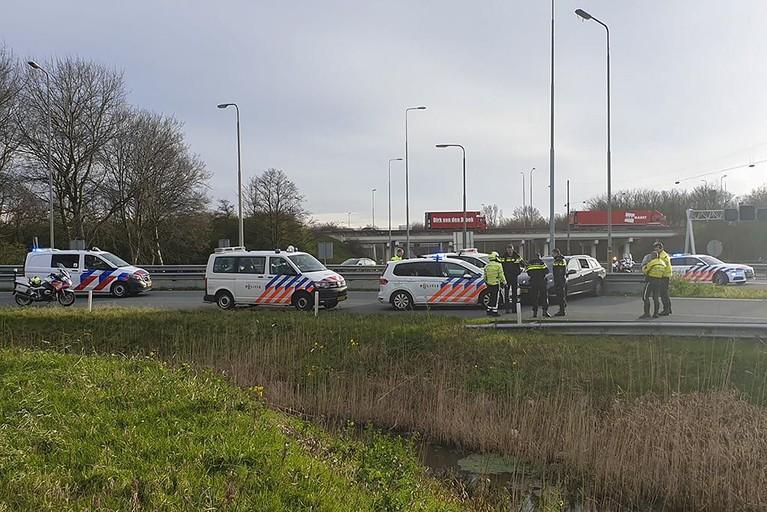 Gestolen auto klemgereden op de A22 bij Velsen-Noord, twee mensen aangehouden [video]