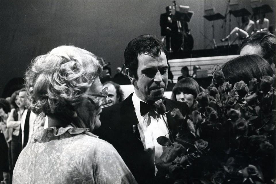 Koningin Juliana krijgt bloemen van Jos Brink bij een tv-uitzending ter ere van haar 70e verjaardag in 1979.