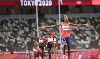 Druk is eraf bij Sifan Hassan na haar zege op de 5000 meter. Alles wijst erop dat ze het niet bij een gouden medaille zal laten [video]