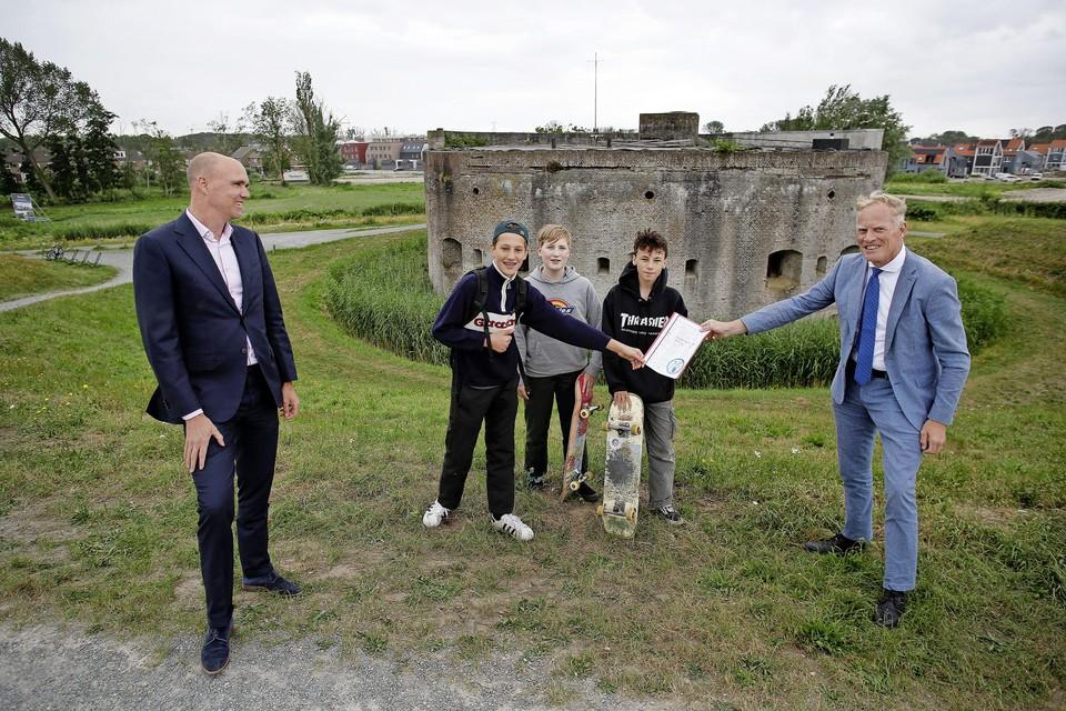 Max, Freddie en Thomas overhandigen juni vorig jaar de bijna duizend handtekeningen aan burgemeester Han ter Heegde.