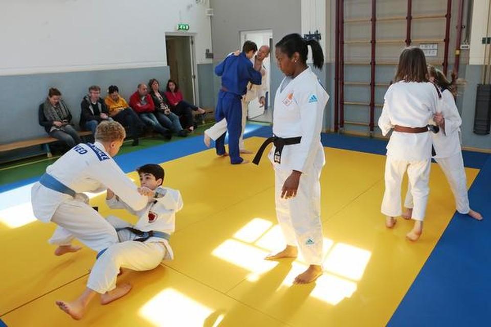 Anicka van Emden bekijkt vanaf het midden van de mat of de leerlingen van Ryu 't Gooi Sport haar oefening goed uitvoeren.