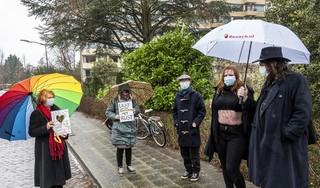 In het ene demonstratievak wordt de rozenkrans gebeden, in het andere worden protestborden omhoog gehouden: twee demonstraties tegelijk bij de Bloemenhovekliniek [video]
