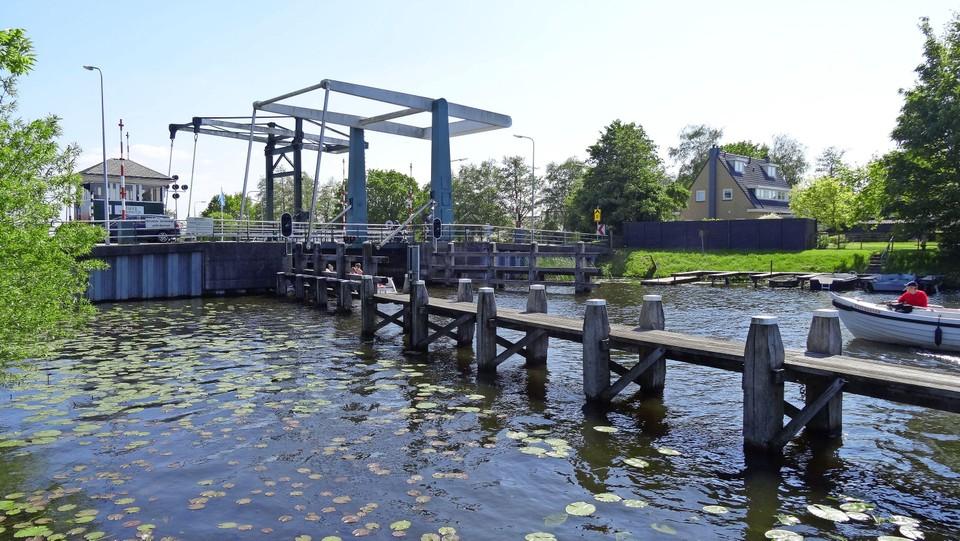 De sluis van het Hemeltje. Het type brug is nog steeds hetzelfde, maar het is wel flink gemoderniseerd.